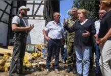 Angela Merkel mit Malu Dreyer (r.) in der Gemeinde Schuld.