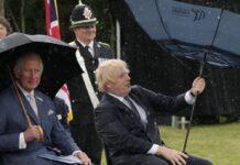 Prinz Charles (li.) kann sich ein Lächeln über Boris Johnsons Schirm-Problem nicht verkneifen.