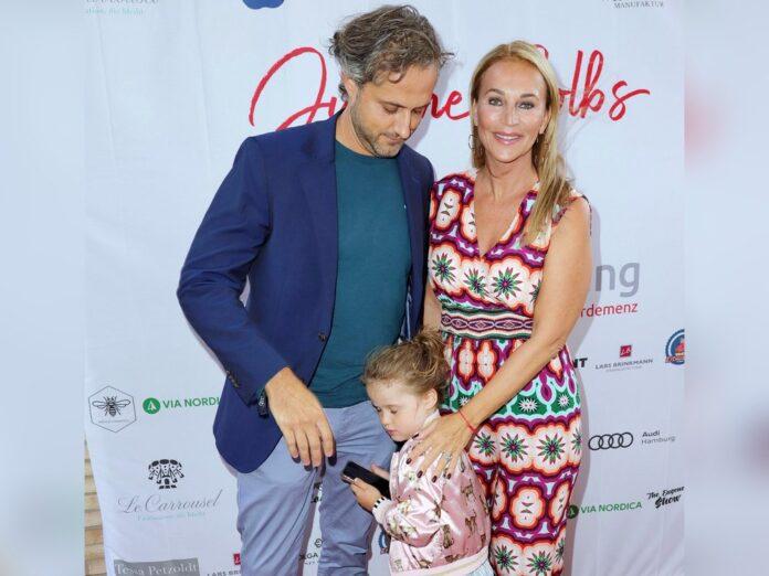 Noch sehr schüchtern zeigte sich die vierjährige Tochter von Caroline Beil und ihrem Mann Philipp-Marcus Sattler auf dem roten Teppich.