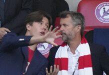 Prinz Christian (li.) mit Vater Kronprinz Frederik von Dänemark im Wembley-Stadion.