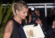 Julia Ducournau mit ihrer Goldenen Palme nach dem Triumph in Cannes.