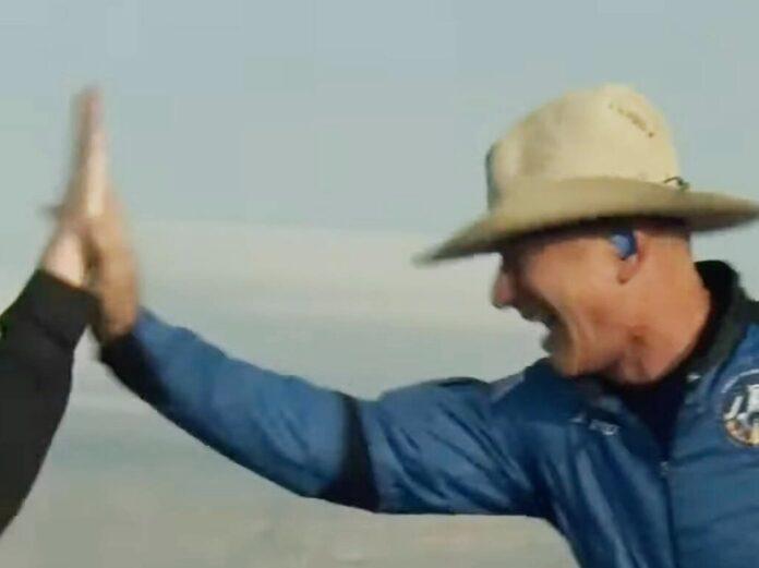 Jeff Bezos direkt nach seinem erfolgreichen Weltraumausflug.