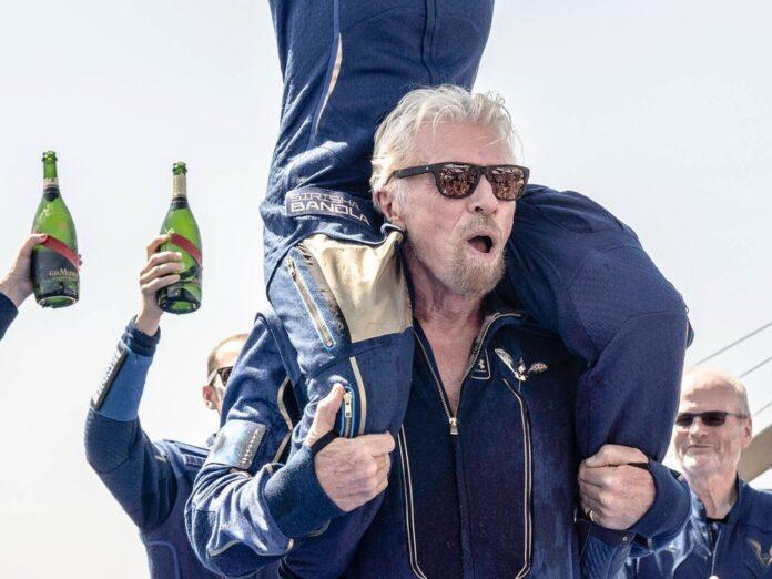 Richard Branson jubelt mit seiner Crew nach dem geglückten Flug ins All.
