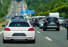 In den Sommerferien fahren viele mit dem Auto in den Urlaub - das ist auf den Straßen bemerkbar.