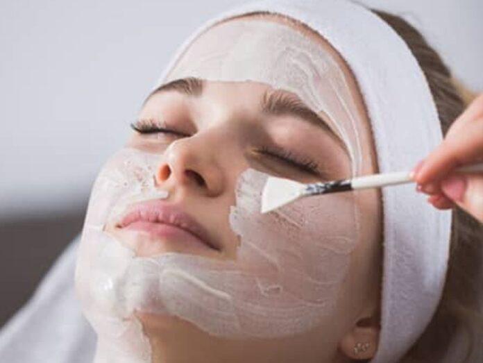 Enzympeelings lösen alte Hautschüppchen und schonen dabei die Haut.