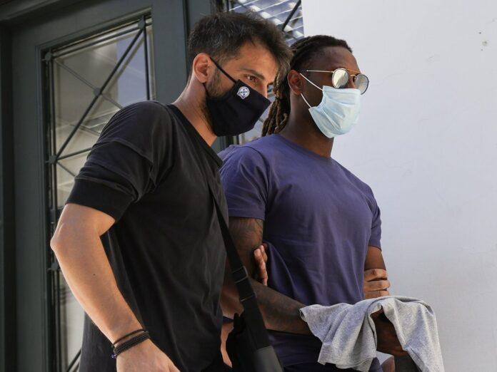 Rúben Semedo (r.) wird von einem Beamten in Handschellen abgeführt.