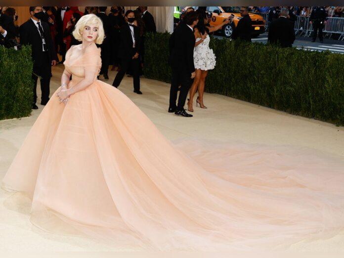 Billie Eilish zog mit ihrer ausladenden Robe alle Blicke auf sich.