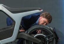 """Carsten Maschmeyer checkt das """"Novus""""-Bike."""