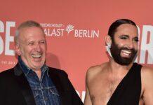 Jean Paul Gaultier und Conchita Wurst amüsieren sich auf dem roten Teppich in Berlin.