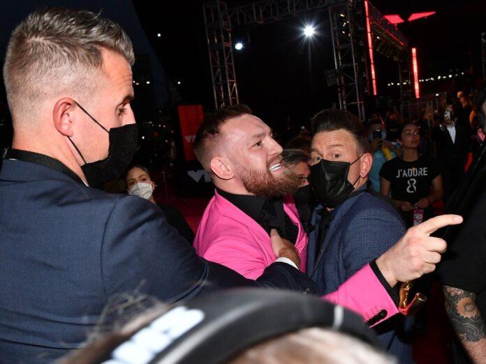 Conor McGregor wurde von Security-Männern festgehalten.