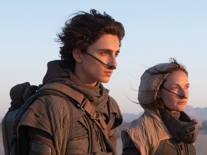 Paul Atreides (Timothée Chalamet) an der Seite seiner Mutter Jessica (Rebecca Ferguson).