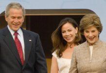 George W. Bush 2008 mit Tochter Barbara (M.) und Ehefrau Laura (r.).