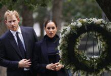 Prinz Harry und seine Frau Meghan vor einem Gedenkkranz am Ground Zero.