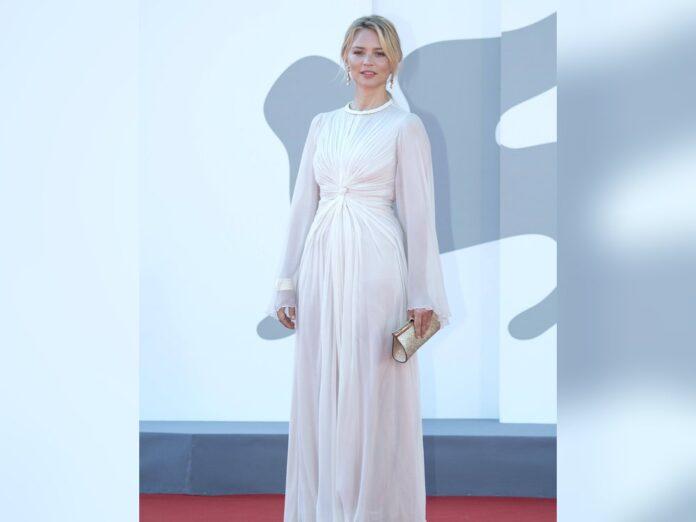 Belgiens Filmstar Virginie Efira in ihrer weißer Traumrobe in Venedig.