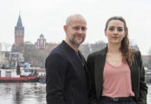 """""""Jenseits der Spree"""": Ex-Kriminalhauptkommissar Robert Heffler (Jürgen Vogel) und Kriminalhauptkommissarin Kay Freund (Seyneb Saleh) ermitteln in Berlin-Köpenick."""