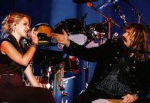 Tochter Julia und Leslie Mandoki gemeinsam auf der Bühne.