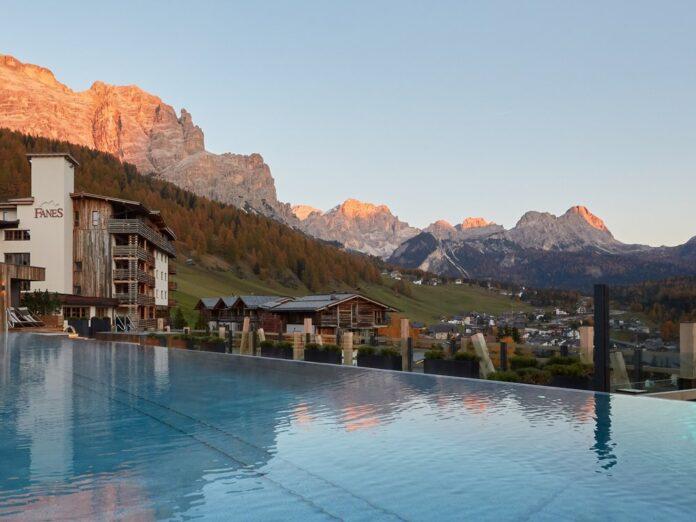 Das Dolomiti Wellness Hotel Fanes thront über dem Örtchen San Cassiano in Südtirol.