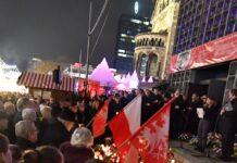 Menschen gedenken der Opfer des Terroranschlags auf dem Breitscheidplatz in Berlin.