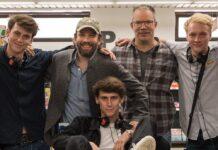 """Christian Ulmen (2.v.l.) und Carsten Kelber (3.v.r.) produzieren die Mockumentary-Serie """"Die Discounter"""" für Amazon Prime Video."""