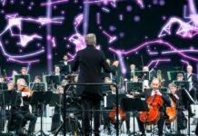 Das Beethoven Orchester Bonn spielt beim ersten Telekom Street Gig Klassik in der Elbphilharmonie unter der Leitung von Dirk Kaftan.