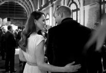 Herzogin Kate legt liebevoll einen Arm um ihren Ehemann.