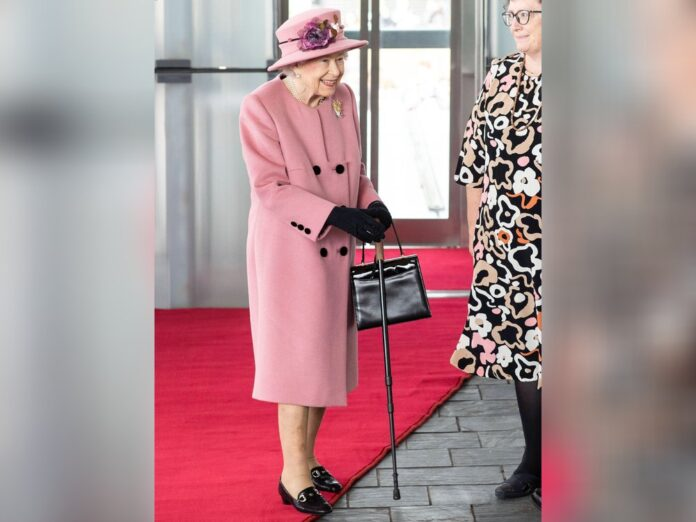 Queen Elizabeth II. kam zur Eröffnungszeremonie des walisischen Parlaments mit Gehstock.