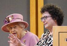 Queen Elizabeth II. mit der Abgeordneten Elin Jones im walisischen Parlament in Cardiff.
