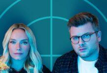 """Visa Vie und Philipp Fleiter präsentieren """"Sonntag 20:15 Uhr - Der Podcast zu Tatort und Polizeiruf""""."""